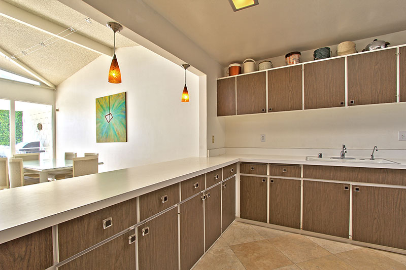 Midcentury modern real estate palm springs california for Mid century modern kitchen cabinets